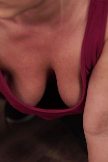 daisy-cleaning-cleavage-102