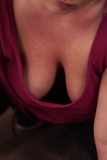 daisy-cleaning-cleavage-103