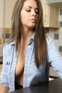 isabella_titty_kitchen_hd_0h00m12-000s